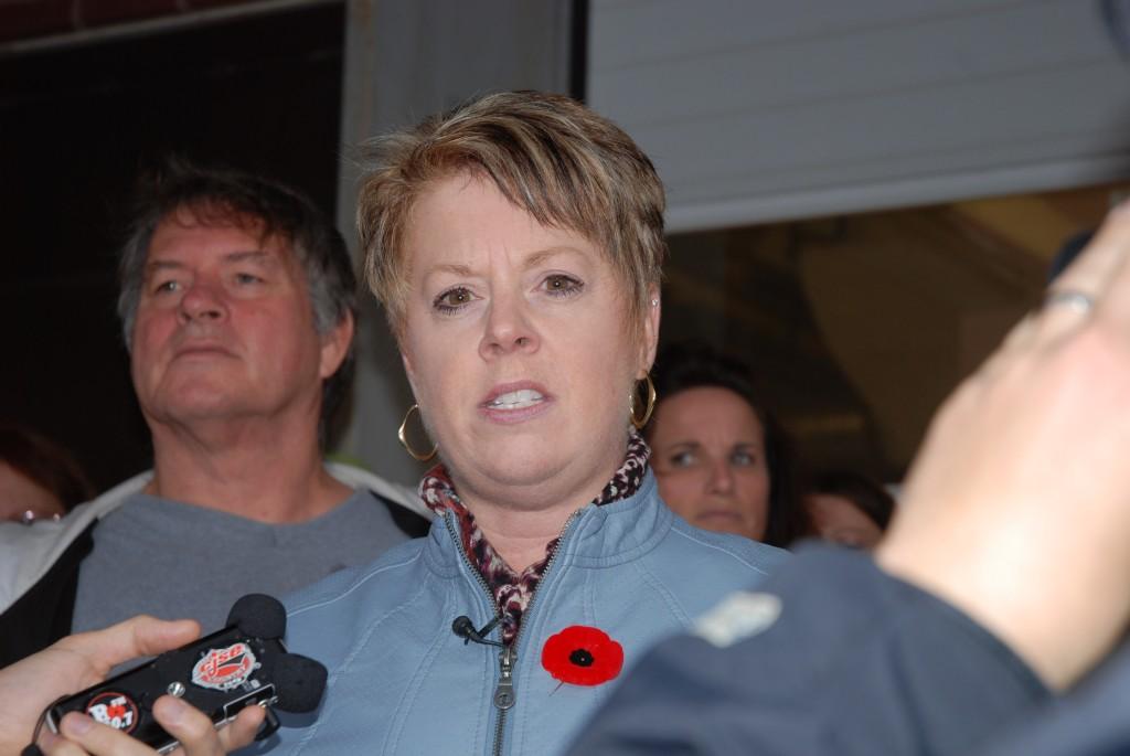 La présidente de la section locale 1252, Norma Robinson lors d'une conférence de presse à l'hopital de Moncton  concernant la fermeture des services de buanderies à l'hopital de Moncton et à celui de de Tracadie-Sheila.